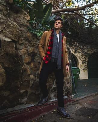 Cómo combinar: abrigo largo marrón, chaqueta estilo camisa a cuadros en rojo y negro, camiseta henley blanca, pantalón chino negro