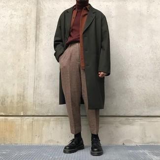 Cómo combinar: abrigo largo verde oliva, chaqueta estilo camisa en tabaco, jersey de cuello alto burdeos, pantalón de vestir a cuadros marrón