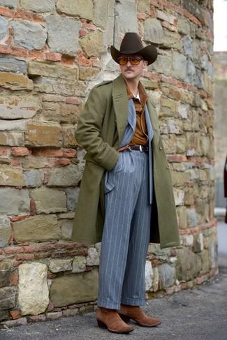 Cómo combinar: abrigo largo verde oliva, chaqueta estilo camisa de ante en tabaco, traje de rayas verticales gris, camiseta con cuello circular blanca