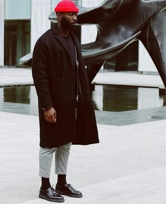Look de moda: Abrigo largo negro, Chaqueta motera de cuero negra, Camiseta con cuello circular negra, Pantalón de vestir de lana gris