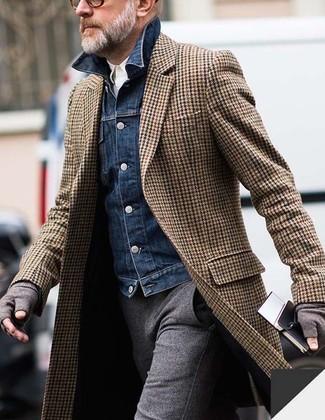 Cómo combinar: abrigo largo de espiguilla marrón, chaqueta vaquera azul marino, camisa de manga larga blanca, pantalón de vestir de lana gris