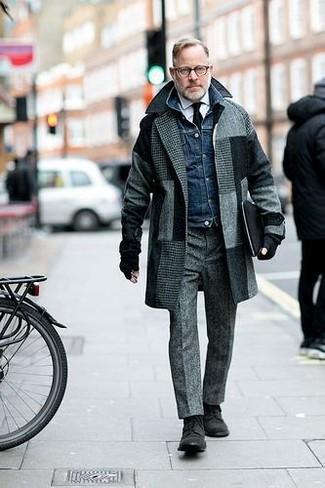 Cómo combinar: abrigo largo a cuadros gris, chaqueta vaquera azul marino, camisa de vestir blanca, pantalón de vestir de lana gris