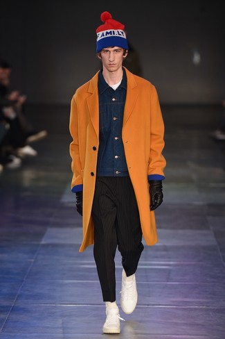 Cómo combinar: abrigo largo naranja, chaqueta vaquera azul marino, camiseta con cuello circular blanca, pantalón chino de rayas verticales negro
