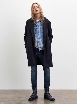 Cómo combinar: abrigo largo azul marino, chaqueta vaquera celeste, camiseta con cuello circular blanca, vaqueros azul marino