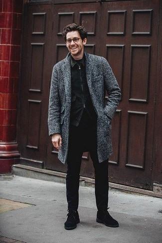 Cómo combinar: abrigo largo de tartán en gris oscuro, chaqueta vaquera negra, camiseta con cuello circular negra, vaqueros pitillo negros