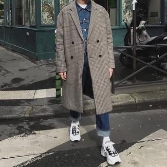 Cómo combinar: abrigo largo a cuadros gris, chaqueta vaquera azul, camiseta con cuello circular blanca, vaqueros azul marino