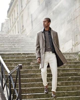 Cómo combinar un mocasín con borlas de cuero marrón: Considera ponerse un abrigo largo gris y unos vaqueros blancos para lograr un look de vestir pero no muy formal. Con el calzado, sé más clásico y elige un par de mocasín con borlas de cuero marrón.