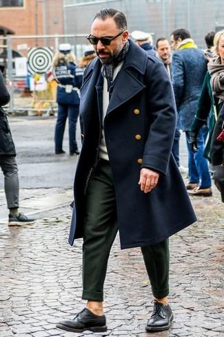 Cómo combinar: abrigo largo negro, chaqueta vaquera azul marino, jersey con cuello circular en beige, pantalón de vestir verde oliva