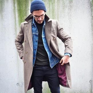 Cómo combinar: abrigo largo en beige, chaqueta vaquera azul, jersey de cuello alto verde oliva, vaqueros pitillo negros