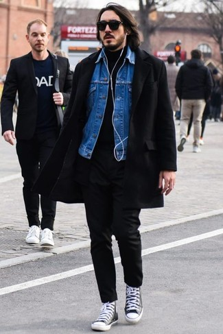 Cómo combinar: abrigo largo negro, chaqueta vaquera azul, jersey de cuello alto negro, pantalón chino negro