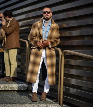 Cómo combinar un abrigo largo de tartán en beige: Opta por un abrigo largo de tartán en beige y unos vaqueros pitillo blancos para un look diario sin parecer demasiado arreglada. Con el calzado, sé más clásico y elige un par de botines chelsea de ante marrónes.
