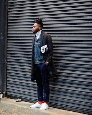 Cómo combinar un abrigo largo en marrón oscuro: Empareja un abrigo largo en marrón oscuro junto a un pantalón chino azul marino para las 8 horas. Si no quieres vestir totalmente formal, opta por un par de tenis de lona blancos.