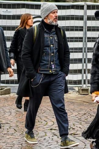 Cómo combinar un gorro: Usa un abrigo largo negro y un gorro para un look agradable de fin de semana. Tenis de lona verde oliva son una opción grandiosa para complementar tu atuendo.