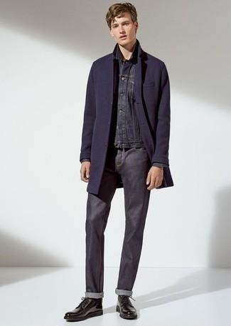Cómo combinar un abrigo largo azul marino: Emparejar un abrigo largo azul marino con unos vaqueros azul marino es una opción grandiosa para un día en la oficina. Activa tu modo fiera sartorial y haz de zapatos derby de cuero negros tu calzado.