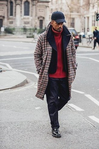 Cómo combinar: abrigo largo de tartán rojo, chaquetón negro, jersey de cuello alto de punto rojo, pantalón chino negro