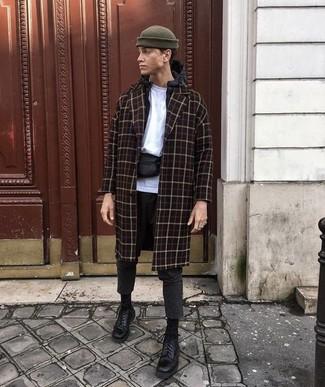 Cómo combinar: abrigo largo a cuadros negro, chubasquero negro, camiseta con cuello circular blanca, pantalón chino de lana en gris oscuro