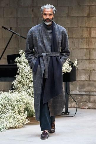 Cómo combinar: abrigo largo de tartán azul marino, pantalón chino negro, mocasín de cuero en marrón oscuro