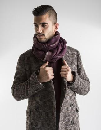Cómo combinar: abrigo largo de tartán marrón, bufanda de rayas verticales burdeos