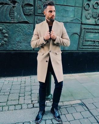 Cómo combinar: abrigo largo en beige, camiseta con cuello circular negra, vaqueros pitillo negros, botas safari de cuero negras