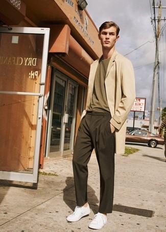 Cómo combinar: abrigo largo en beige, camiseta con cuello circular verde oliva, pantalón chino en marrón oscuro, tenis blancos