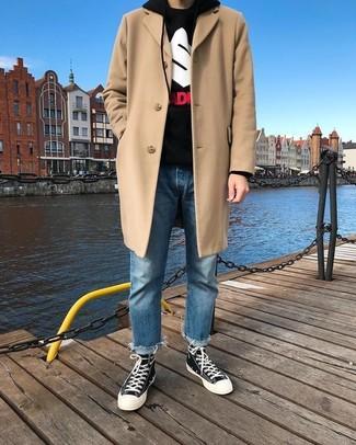 Cómo combinar: abrigo largo en beige, sudadera con capucha estampada negra, vaqueros azules, zapatillas altas de lona en negro y blanco