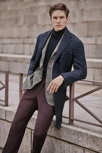Cómo combinar: abrigo largo en gris oscuro, blazer de lana a cuadros en beige, jersey de cuello alto negro, pantalón de vestir de lana en marrón oscuro