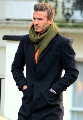 Cómo combinar una bufanda de lana verde oliva: Opta por un abrigo largo en gris oscuro y una bufanda de lana verde oliva transmitirán una vibra libre y relajada.