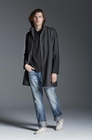 Cómo combinar: abrigo largo en gris oscuro, camiseta con cuello circular en gris oscuro, vaqueros celestes, tenis de lona blancos