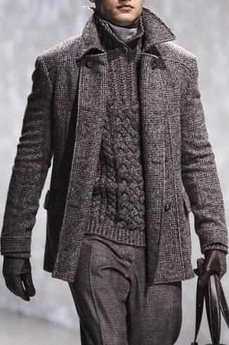 Cómo combinar unos guantes de lana en gris oscuro: Para un atuendo tan cómodo como tu sillón ponte un abrigo largo de tartán en gris oscuro y unos guantes de lana en gris oscuro.