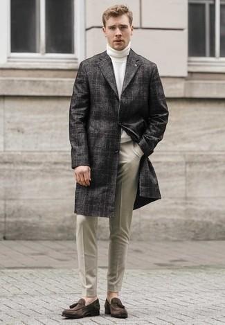 Outfits hombres estilo casual elegante: Considera ponerse un abrigo largo de tartán en gris oscuro y un pantalón chino en beige para lograr un estilo informal elegante. Con el calzado, sé más clásico y opta por un par de mocasín con borlas de ante en marrón oscuro.