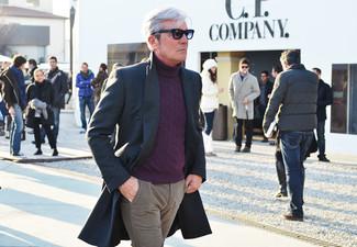 Cómo combinar: abrigo largo en gris oscuro, jersey de cuello alto en violeta, pantalón chino marrón claro