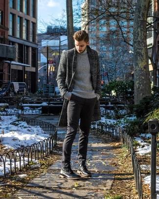 Cómo combinar: abrigo largo de tartán en gris oscuro, jersey de cuello alto de punto gris, pantalón chino negro, botas casual de cuero negras