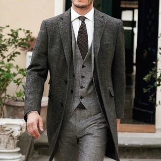 Cómo combinar: abrigo largo en gris oscuro, traje de tres piezas de lana gris, camisa de vestir blanca, corbata en marrón oscuro