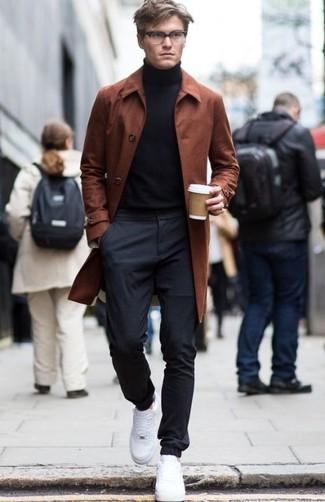 Cómo combinar: abrigo largo en tabaco, jersey de cuello alto negro, pantalón de chándal en gris oscuro, tenis blancos