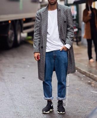 Cómo combinar: abrigo largo de espiguilla gris, camiseta de manga larga blanca, vaqueros azules, deportivas negras