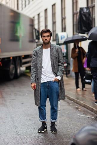 Cómo combinar unas deportivas: Opta por un abrigo largo de espiguilla gris y unos vaqueros azules para crear un estilo informal elegante. ¿Quieres elegir un zapato informal? Elige un par de deportivas para el día.