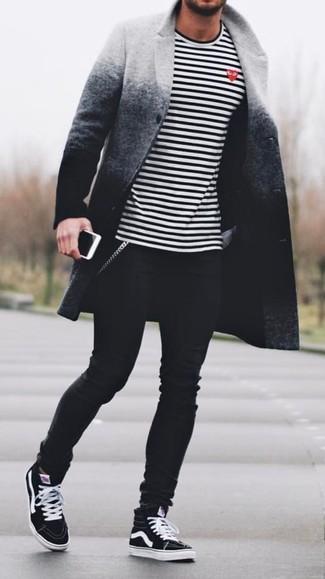Cómo combinar: abrigo largo ombre gris, camiseta de manga larga de rayas horizontales en blanco y negro, vaqueros pitillo negros, zapatillas altas negras