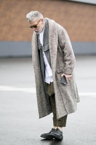 Look de Nick Wooster: Abrigo Largo de Espiguilla Gris, Cárdigan con Cuello Chal Gris, Camisa de Vestir Blanca, Pantalón Chino Verde Oliva