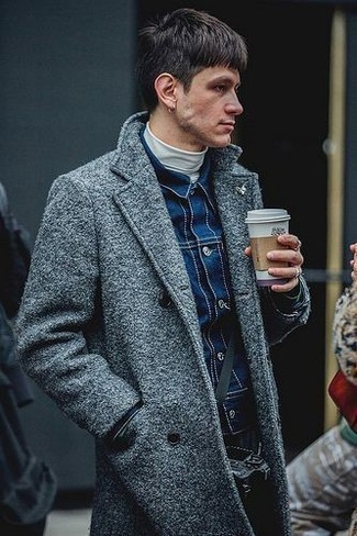Cómo combinar: abrigo largo gris, chaqueta vaquera azul marino, jersey de cuello alto blanco