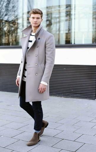 Cómo combinar unos vaqueros azul marino: Elige un abrigo largo gris y unos vaqueros azul marino para lograr un look de vestir pero no muy formal. Con el calzado, sé más clásico y complementa tu atuendo con botines chelsea de ante marrónes.