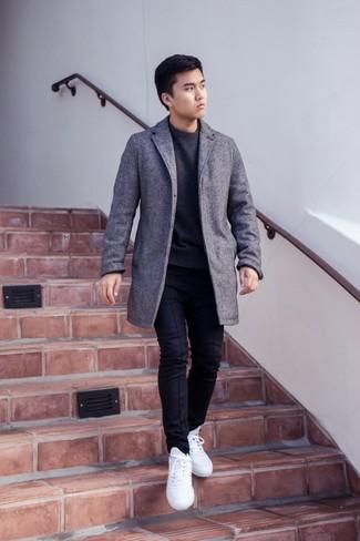 Cómo combinar un jersey con cuello circular en gris oscuro: Ponte un jersey con cuello circular en gris oscuro y un pantalón chino negro para un almuerzo en domingo con amigos. ¿Quieres elegir un zapato informal? Haz tenis blancos tu calzado para el día.