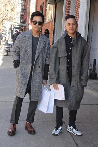 Cómo combinar: abrigo largo gris, jersey con cuello circular en gris oscuro, pantalón de vestir en gris oscuro, zapatos oxford de cuero en marrón oscuro