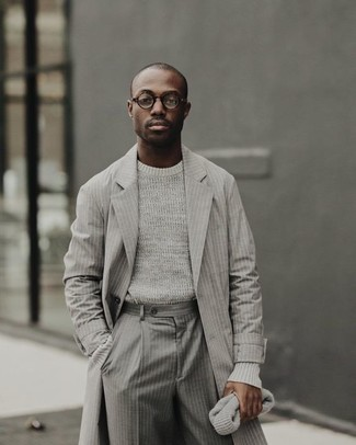 Si buscas un look en tendencia pero clásico, elige un jersey con cuello circular gris de hombres de Anvil y un pantalón de vestir de rayas verticales gris.