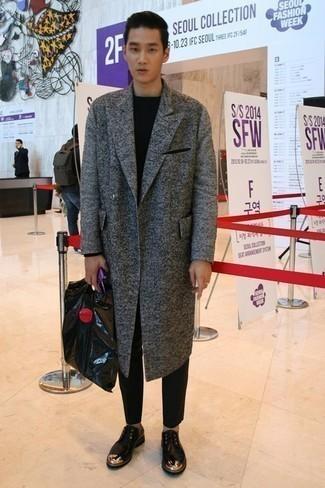 Outfits hombres en clima frío: Elige un abrigo largo gris y un pantalón chino negro para lograr un estilo informal elegante. ¿Te sientes valiente? Completa tu atuendo con zapatos derby de cuero con adornos negros.