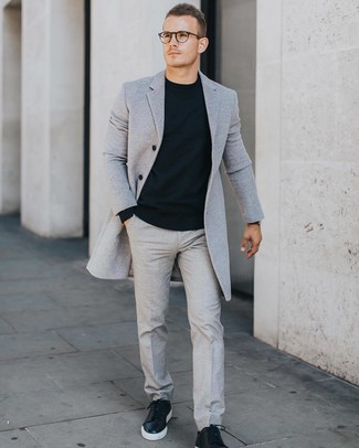 Cómo combinar: abrigo largo gris, jersey con cuello circular negro, pantalón de vestir gris, tenis de cuero negros