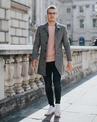 Cómo combinar: abrigo largo gris, jersey con cuello circular rosado, vaqueros pitillo azul marino, tenis blancos