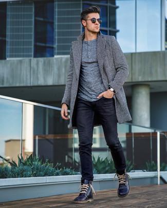 Cómo combinar unas botas casual de cuero azul marino: Elige un abrigo largo de espiguilla gris y unos vaqueros negros para lograr un look de vestir pero no muy formal. Botas casual de cuero azul marino son una opción muy buena para complementar tu atuendo.