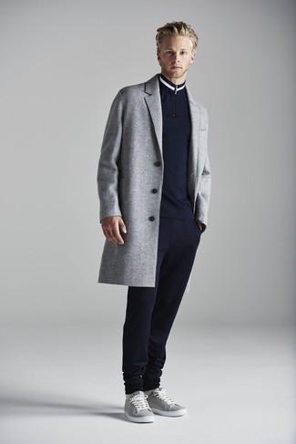 Cómo combinar un jersey de cuello alto con cremallera azul marino: Considera emparejar un jersey de cuello alto con cremallera azul marino junto a un pantalón de chándal azul marino para cualquier sorpresa que haya en el día. Tenis grises son una opción inigualable para complementar tu atuendo.