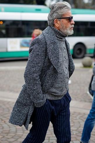 Cómo combinar: abrigo largo gris, jersey de cuello alto de punto gris, pantalón de vestir de rayas verticales azul marino, gafas de sol negras