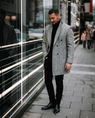 Cómo combinar: abrigo largo de espiguilla gris, jersey de cuello alto negro, pantalón chino negro, botines chelsea de cuero negros